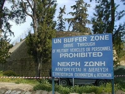 """Stolica Cypru, Nikozja jest podzielona przez patrolowaną przez ONZ, zdemilitaryzowaną """"strefę buforową"""" między wolną, południową częścią, a północną częścią, okupowaną przez turecką armię. (Źródło: Jpatokal/Wikimedia Commons)"""