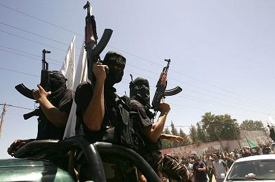"""Palestyński ruch Hamasu, który rządzi Strefą Gazy, nigdy nie tolerował żadnej krytyki. Hamas twierdzi, że przywódcy Autonomii Palestyńskiej i Fatahu, którzy ośmielają się mówić przeciwko niemu, są """"zdrajcami"""" i """"kolaborantami"""", pracującymi dla """"syjonistycznego wroga"""". Na zdjęciu: zamaskowani bojówkarze Hamasu w Strefie Gazy. (Zdjęcie: Abid Katib/Getty Images)"""