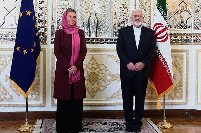 Dla pokazania, jakie specjalne miejsce mułłowie zajmują w jej sercu, szefowa polityki zagranicznej UE, Federica Mogherini, kiedy jest w Teheranie, nosi pełen hidżab, ale kiedy odwiedza inne islamskie stolice, tam w pełni rozpuszcza swoje farbowane na blond włosy. Na zdjęciu: Mogherini z ministrem spraw zagranicznych Iranu, Dżavadem Zarifem 28 lipca 2015 r. (Zdjęcie: European Union/Flickr)