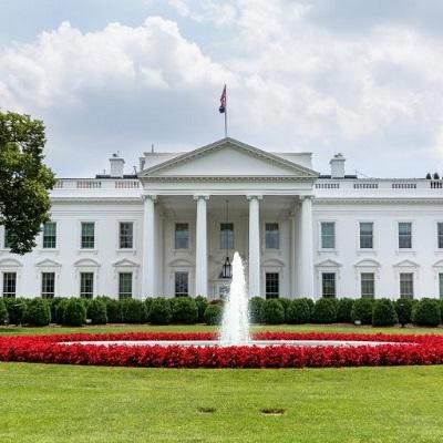 """W 2016 roku Michelle Obama powiedziała, że budzi się co rano w Białym Domu myśląc, że jest to """"dom zbudowany przez niewolników"""". Jednak Biały Dom był gruntownie przebudowany w 1902 roku i otrzymał obecny kształt w 1950 roku, na długo po zniesieniu niewolnictwa w Stanach Zjednoczonych w 1865 roku i przyznaniu byłym niewolnikom obywatelstwa w 1869 roku. (Zdjęcie z Twittera Białego Domu)"""