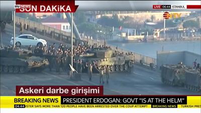 Turecka NTV TV pokazuje żołnierzy biorących udział w próbie zamachu, którzy poddają się na stambulskim moście na Bosforze z podniesionymi rękami, 15 lipca 2016.