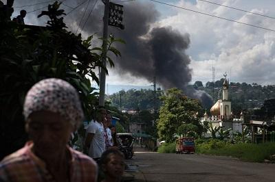 W maju 2017 roku w mieście Marawi na Filipinach, w którym jest muzułmańska większość, wybuchło ekstremistyczne powstanie. Dżihadyści, którzy zajęli miast podczas powstania, zmusili kobiety do niewoli seksualnej i rozkazali chrześcijańskim mężczyznom przyjęcie islamu lub zostanie ludzką tarczą przeciwko filipińskiej armii. Na zdjęciu: dym nad terenem walki w Marawi 30 maja 2017 r. Filipińska armia walczyła z islamską grupą terrorystyczną Abu Sajjafa o panowanie nad miastem. (Zdjęcie: Jes Aznar/Getty Images)