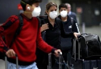 Pasażerowie w maskach przybywają na międzynarodowe lotnisko Dulles pod Waszyngtonem w ostatni piątek.
