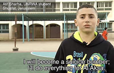 """Mały chłopiec w szkole UNRWA w Jerozolimie i nauka jaką otrzymuje dzięki budżetowi liczącemu miliard dolarów od krajów zachodnich Kliknij tutaj, żeby przejść do filmu z polskimi napisami Tekst na ekranie: """"Zostanę zamachowcem-samobójcą. Wszystko zrobię dla Al-Aksa"""""""