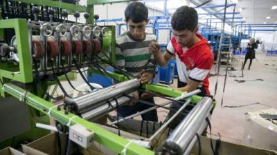 Palestyńscy pracownicy w fabryce włókienniczej w osiedlu Barkan na Zachodnim Brzegu.