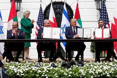 (Od lewej) minister spraw zagranicznych Bahrajnu, Abdullatif al-Zajani, premier Benjamin Netanjahu, prezydent USA Donald Trump i minister spraw zagranicznych ZEA, Abdullah bin Zajed podpisują Porozumienia Abrahamowe w Białym Domu w Waszyngtonie 15 września. (Tom Brenner/Reuters)