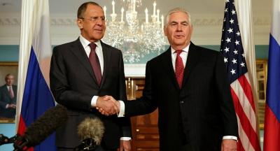 Rosyjski minister spraw zagranicznych, Sergej Ławrow, ściska dłoń sekretarza stanu USA, Rexa Tillersona, podczas konferencji prasowej po ich rozmowach w Moskwie 12 kwietnia 2017 r.(zdjęcie: REUTERS)
