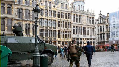Stan najwyższego pogotowia w centrum Brukseli. Terror nie otwiera oczu elit, ale zamiast tego popycha je coraz bardziej ku samooszukiwaniu się (Zdjęcie: Reuters)