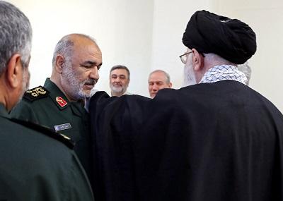 """Niedawno dowódca Korpusu Strażników Rewolucji Islamskiej Iranu (IRGC), generał dywizji Hossein Salami, raz jeszcze poprzysiągł unicestwić Izrael. Przechwalał się, że Iran do takiego stopnia wzmocnił swoją libańską marionetkę, że Hezbollah """"samodzielnie"""" może zrównać Izrael z ziemią. (Na zdjęciu: Salami otrzymuje awans na generała dywizji od najwyższego przywódcy, ajatollaha Alego Chameneiego, podczas ceremonii 22 kwietnia 2019 r. (Zdjęcie: khamenei.ir)"""