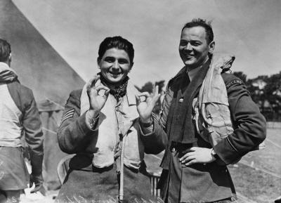 Baza RAF-u w dniu 16 sierpnia 1940. Na zdjęciu dwóch polskich pilotów po lewej stronie stoi sierżant Głowacki (nazwiska drugiego pilota nie podano) (Zdjęcie: Central Press/Hulton Archive/Getty Images)