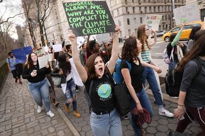 Aktywiści chcieliby, żeby ludzie przestali podróżować samolotami, jeździć samochodami i jeść mięso, ale to nie są zmiany, które zatrzymają wzrost temperatur.Getty Images