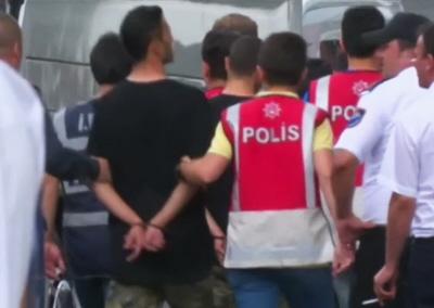 Policja turecka eskortuje dziesiątki skutych kajdankami żołnierzy, których oskarżono o udział w nieudanym coup d'état z 15 lipca. (Zdjęcie: Reuters, zrzut z ekranu)