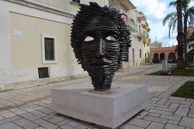 Pomnik Vaniniego na Piazza Castello w jego rodzinnym mieście Taurisano<span>.</span>