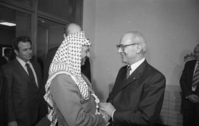 Erich Honecker, Socjalistycznej Partii Jedności Niemiec Wschodnich od 3 maja 1971 r. do 18 października 1989 r. i Jaser Arafat, 10 marca 1982 r. Zdjęcie: Rainer Mittelstädt. Wikipedia.