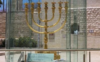 Zdjęcie zrobione w maju 2018 roku w Dzielnicy Żydowskiej Jerozolimy. Złota Menora jest reprodukcją menory z Drugiej Świątyni, którą zniszczyli Rzymianie w 70 roku naszej ery.