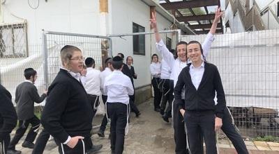My się nie boimy – ultraortodoksyjni Żydzi w Izraelu odmawiają zamykania szkół i zaniechania zbiorowych modlitw. (Zdjęcie: Sam Sokol, 18 marca 2020.)