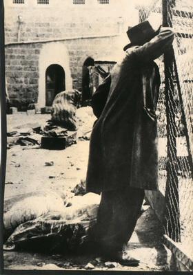 """Hebron 1929: Żyd ocalony z masakry arabskiej. Także dzisiaj rozlegają się głosy zaprzeczające terrorowi i absurdalnie wiążące go z """"okupacją"""" [Wikipedia]"""