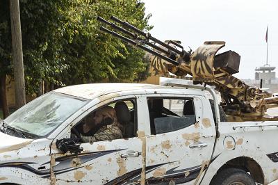 """Głównym zbrojnym sojusznikiem Turcji w syryjskim teatrze wojennym jest Wolna Armia Syrii (FSA), która ostatnio przemianowała się na Narodową Armię Syrii (SNA), jest zbiorem rozmaitych frakcji dżihadystów pozujących na """"siłę wyzwolenia"""". Na zdjęciu: zbrojni członkowie FSA, 19 października 2019 r. w Akcakale w Turcji przy granicy z Syrią. (Zdjęcie: Burak Kara/Getty Images)"""