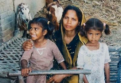 """Asia Bibi i dwoje z jej pięciorga dzieci, zdjęcie sprzed jej uwięzienia w celi śmierci w 2010 r. za """"bluźnierstwo""""."""
