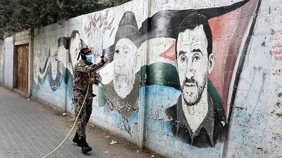 Członkowie zbrojnego skrzydła Palestyńskiego Islamskiego Dżihadu, Brygad Al-Kuds, rozpryskują środek dezynfekcyjny na ulicach Rafah we wschodniej Strefie Gazy 26 marca 2020 roku podczas kampanii mającej na celu spowolnienie szerzenia się nowego koronawirusa. Zdjęcie: Abed Rahim Khatib/Flash90