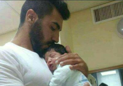 Poległy policjant Haiel Stawi z dzieckiem. (zdjęcie: ISRAEL POLICE)