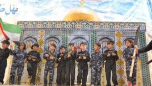 Szkoły terroru: dzieci z Gazy pozują z atrapami karabinów na tle tekturowego modelu Kopuły na Skale. Nauczyciele są poza kadrem....<br /> (zdjęcie: The Israel Project, public domain)