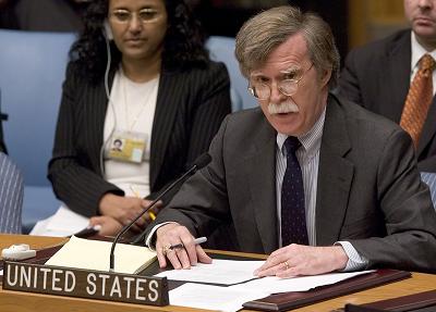<span>John Bolton, ówczesny amerykański ambassador przy ONZ przemawia na posiedzeniu Rady Bezpieczeństwa 13 października 2006 roku. (Zdjęcie Stephen Chernin/Getty Images)</span>