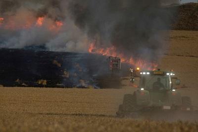"""W leksykonie Hamasu wysyłanie podpalających latawców na izraelskie farmy i wsie w pobliżu granicy ze Strefa Gazy jest definiowane jako """"pokojowy opór"""". Na zdjęciu: Strażacy próbują zgasić płonące pole pszenicy w Nahal Oz w Izraelu, w pobliżu granicy z Gazą, podpalonego przez zapalający latawiec wysłany przez Palestyńczyków ze Strefy Gazy 15 maja 2018 roku. (Zdjęcie: Lior Mizrahi/Getty Images)"""