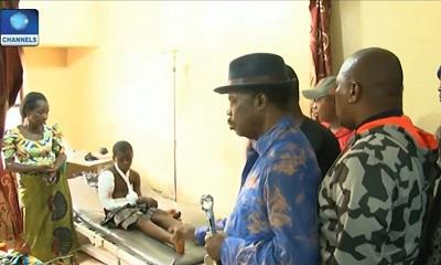 Gubernator stanu Anambra w Nigerii, Willie Obiano (pośrodku), odwiedza rannego ocalałego z zamachu na katolicki kościół St. Philip w Ozubulu, August 11, 2017. (Zrzut z ekranu Channels TV)