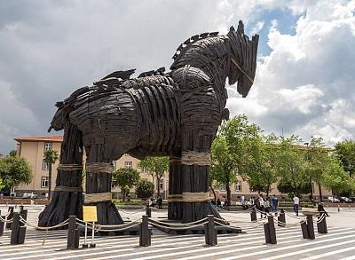 Pomnik (a dokładniej podarowany miastu rekwizyt filmowy) konia trojańskiego wÇanakkale, mieście, położonym w bezpośrednim sąsiedztwie Gallipoli i Troi.