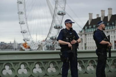 Policjanci stoją na straży londyńskiego Westminster Bridge on 29 marca 2017 r., tydzień po tym, jak Khalid Masood rozpoczął morderczy atak samochodowy i nożowniczy w tym miejscu. (Zdjęcie: Dan Kitwood/Getty Images)
