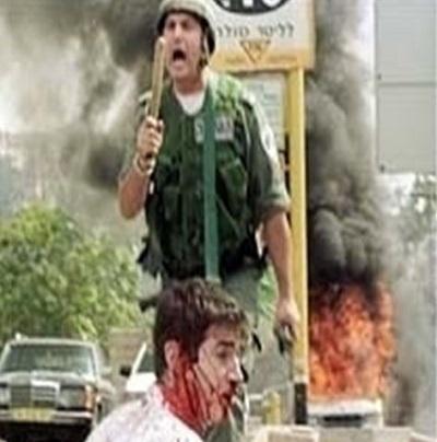 <span>Na zdjęciu izraelski policjant broni amerykańskiego turystę, Tuvia Grossmana, przedarabskim motłochem. WNYT tozdjęcie ilustrowało grozę izraelskiej brutalności wobec uciskanych Palestyńczyków. Patrz:</span>https://en.wikipedia.org/wiki/Tuvia_Grossman