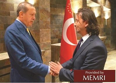 İbrahim Karagül ściska rękę tureckiego prezydenta, Recepa Tayyipa Erdoğana (źródło: T24.com.tr).
