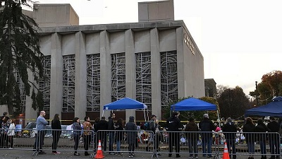 Ludzie przed synagogą Tree of Life*Or L'Simcha w dzielnicy Squirrel Hill w Pittsburghu oddają hołd 11 żydowskim ofiarom masowej strzelaniny, która miała miejsce tydzień wcześniej, 4 listopada 2018. Zdjęcie: Wikimedia Commons.