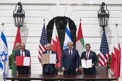 Porozumienia Abrahamowe uroczyście podpisane 15 września 2020 roku w Białym Domu przez Izrael, Zjednoczone Emiraty Arabskie, Bahrajn i Stany Zjednoczone, uruchomiły nowy proces pokojowy, jaki wielu obserwatorów uważało za niewyobrażalny zaledwie kilka lat temu. Na zdjęciu od lewej do prawej: minister spraw zagranicznych Bahrajnu, Abdullatif al-Zajani, izraelski premier, Benjamin Netanyahu, prezydent USA, Donald Trump i minister spraw zagranicznych ZEA, Abdullah bin Zajed Al-Nahjan uczestniczą w podpisywaniu Porozumień Abrahamowych. (Zdjęcie: Wikipedia)