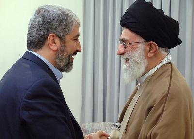 """Iran przekazuje pieni�dze tym grupom terrorystycznym, poniewa� podzielaj� one jego pragnienie wyeliminowania Izraela i zast�pienia go imperium islamskim. Stosunki mi�dzy Iranem a Hamasem za�ama�y si� kilka lat temu, kiedy przywódcy Hamasu odmówili popierania syryjskiego dyktatora Baszara Assada, wspieranego przez Iran. Na zdj�ciu powy�ej: przywódca Hamasu Chaled Maszaal (po lewej) naradza si� z """"Najwy�szym Przywódc�"""" Iranu, Alim Chameneim, w 2010. (Zdj�cie: Biuro Najwy�szego Przywódcy)"""