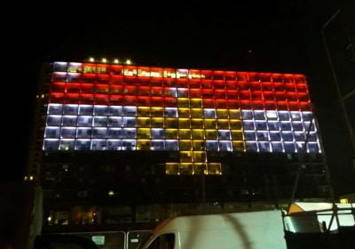 Ratusz Tel Awiwu oświetlony w solidarności z Egiptem po zamachu, który kosztował życie co najmniej 29 koptyjskich chrześcijan w pobliżu Kairu. (zdjęcie: TAMARA ZIEVE)
