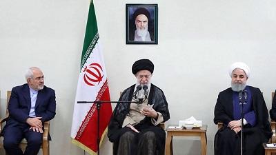 """""""Najwyższy prawoznawca"""" Iranu, ajatollah Ali Chamenei, przechwala się, że jego reżim nigdy nie zniży się do """"błagań"""" o rozmowy z """"Wielkim Szatanem"""". Jednak prezydent Hassan Rouhani i minister spraw zagranicznych, Muhammad Dżavad Zarif, nadal mówią o możliwości nowych negocjacji, jak tego chce Trump. (Zdjęcie: khamenei.ir)"""