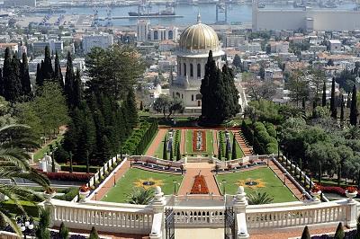 Chronieni przez wolność wyznania w Izraelu bahaici zbudowali tam swoje dwie najświętsze świątynie oraz Centrum Światowe na zboczu Góry Carmel: olbrzymi ogród na tarasach, łuk budynków z białego marmuru, włącznie z miejscem ich międzynarodowego organu władzy, Uniwersalny Dom Sprawiedliwości, centralne archiwum. (Zdjęcie: US Embassy Israel/Wikimedia Commons)<br /> <br />
