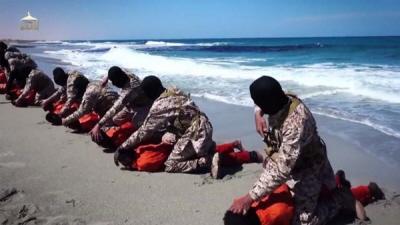 Członkowie Państwa Islamskiego na wybrzeżu w Libii, przygotowujący się do dekapitacji grupy chrześcijan etiopskich. (Z wideo opublikowanego w kwietniu 2015)
