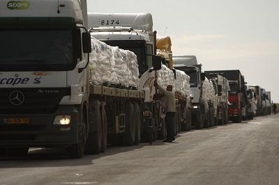 Granica między Strefą Gazy a Izraelem pozostaje otwartadla dostaw żywności oraz pomocy humanitarnej i medycznej do Gazy. (Zdjęcie: Spencer Platt/Getty Images)