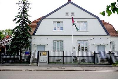 """Ambasada """"państwa"""" Palestyna w Warszawie. Pierwsze przedstawicielstwoOrganizacji Wyzwolenia Palestyny, niemające statusu misji dyplomatycznej, otwarto w Warszawie w 1976. Stosunki dyplomatyczne nawiązano w 1982, a w 1989 zmieniono nazwę placówki OWP na Ambasadę Państwa Palestyny."""