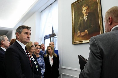 Marszałek Kuchciński pod portretem marszałka Rataja.