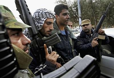 Kilka miesięcy temu rządzący Autonomią Palestyńską Fatah Mahmouda Abbasa wyraził oburzenie, ponieważ Izrael aresztował Zakariję Zubeidiego, jednego z wysokich rangą terrorystów Fatahu, za ataki bronią palną na Izraelczyków w latach 2016-2019. Zubeidi był przywódcą grupy terrorystycznej Fatahu, Brygady Męczenników Al-Aksa, podczas drugiej intifady (2000-2005). W 2007 roku Zubeidi został ułaskawiony przez Izrael w ramach umowy podpisanej z AP, w której on i inni terroryści podpisali przysięgę, że powstrzymają się od działalności terrorystycznej. Na zdjęciu: Zubeidi (trzeci od lewej) 30 grudnia 2004 r. w Jenin. (Zdjęcie: David Silverman/Getty Images)