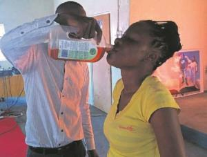Pastor daje środek dezynfekujący członkini kościoła cudów w Afryce Południowej