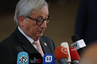 """UE, największy polityczny gracz w Europie, działa otwarcie na rzecz wpływania na """"wolną prasę"""" własnymi programami politycznymi. We wrześniu Przewodniczący Komisji Europejskiej, Jean-Claude Juncker (na zdjęciu) powiedział wyraźnie, że niezależnie od tego, co mogą myśleć Europejczycy – sondaże raz za razem pokazują, że większość Europejczyków nie chce więcej imigrantów - UE nie ma zamiaru zatrzymania migracji. (Zdjęcie: Dan Kitwood/Getty Images)"""