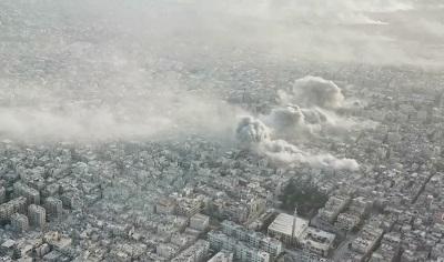 Kłęby dymu unoszą się nad obozem Jarmouk w Damaszku, kiedy syryjska armia prowadzi ostrzał obozu 20 kwietnia 2018 r. (Zrzut z ekranu z Ruptly)