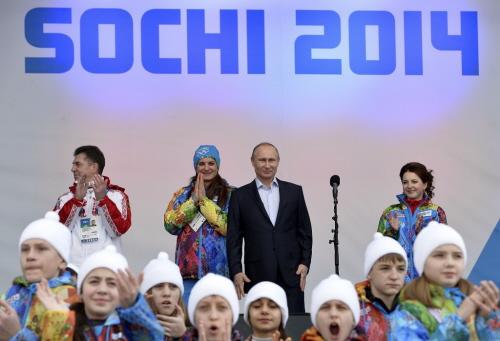 (Od lewej do prawej) Szef Misji Federacji Rosyjskiej Aleksander Krawcow, burmistrz Wioski Olimpijskiej Jelena Isinbajewa i prezydent rosyjski Władimir Putin odwiedzają Wioskę Olimpijską przed Olimpiadą Zimową 2014 w Soczi w Wiosce Atletów w Soczi 5 lutego 2014. REUTERS/Pascal Le Segretain/Pool <br />