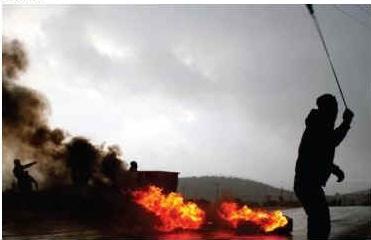 Palestyńczycy przeciwko żołnierzom izraelskim we wsi Silwad na Zachodnim Brzegu niedaleko Ramallah, 10 stycznia, zdjęcie: ISSAM RIMAWI / FLASH 90