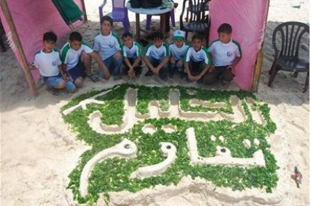Dzieci przy napisie \